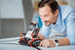 Rozochocony inżynier bada robot zdjęcia stock