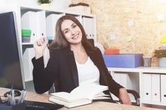 Rozochocony kierownik przy jej miejscem pracy Zdjęcie Royalty Free