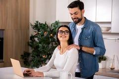 Rozochocony kochający mąż robi masażowi fotografia royalty free