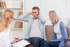 Rozochocony mężczyzna i kobieta odwiedzamy psychologa zdjęcia stock