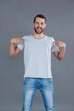 Rozochocony mężczyzna pozuje w popielatej koszulce zdjęcie stock