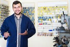 Rozochocony mężczyzna pracownik wystawia rezultat jego klucz robi w pracach Zdjęcie Royalty Free