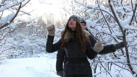Rozochocony mężczyzna zakrywający z śnieżną Piękną dziewczyną wewnątrz zdjęcie wideo