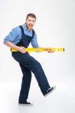 Rozochocony męski budowniczy bawić się z waterpas Zdjęcie Royalty Free