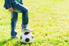 Rozochocony męski dziecko bawić się futbol Obrazy Stock