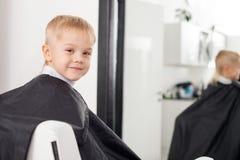 Rozochocony męski dziecko dostaje fryzurę wewnątrz Zdjęcie Royalty Free