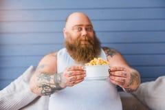 Rozochocony męski fatso dieting z zbożami Zdjęcie Royalty Free
