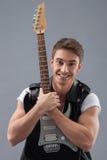 Rozochocony męski gitarzysta przygotowywa bawić się Obrazy Royalty Free