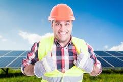 Rozochocony męski inżyniera działanie lubi super bohatera Zdjęcia Stock