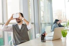 Rozochocony męski pracownik używa nowożytną technologię Zdjęcia Stock