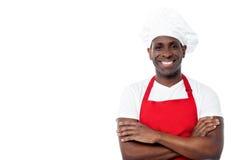 Rozochocony męski szef kuchni odizolowywający na bielu Zdjęcie Stock