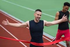 Rozochocony młody atleta mężczyzna mety skrzyżowanie obraz royalty free