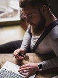 Rozochocony młody brodaty facet z notatnikiem fotografia royalty free