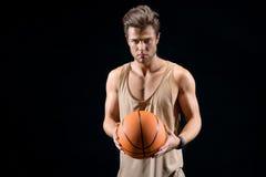 Rozochocony młody człowiek bawić się koszykówkę Obraz Stock