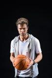 Rozochocony młody człowiek bawić się koszykówkę Obrazy Stock