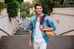 Rozochocony młody człowiek cieszy się spacer miasto Zdjęcia Stock