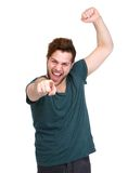 Rozochocony młody człowiek wskazuje palec Obraz Stock