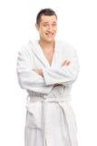 Rozochocony młody facet pozuje w białym bathrobe zdjęcia stock