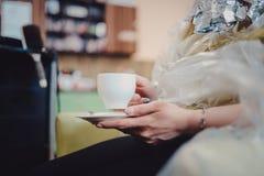 Rozochocony młody fryzjer splata żeńskiego włosy Kobieta jest siedząca kawy i pijąca herbaty lub fotografia royalty free