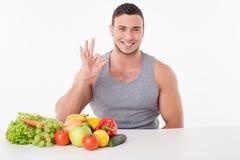 Rozochocony młody facet je zdrowego jedzenie i Zdjęcia Royalty Free