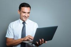 Rozochocony młody kierownik pracuje na laptopie Zdjęcie Royalty Free