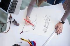 Rozochocony młody projektant pracuje na jej projekcie Fotografia Royalty Free