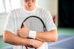 Rozochocony męski gracz w tenisa pokazuje ok znaka Obraz Stock