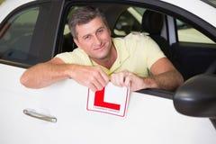 Rozochocony męski kierowca drzeje up jego L znak Obraz Stock