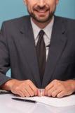 Rozochocony męski newscaster robi jego raportowi Zdjęcie Stock