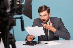 Rozochocony męski reporter pracuje przy studiiem Zdjęcie Royalty Free