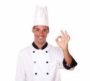 Rozochocony męski szef kuchni z ok gestem Fotografia Stock