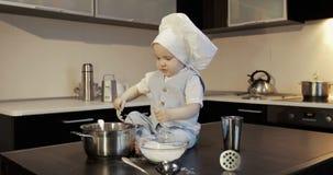 Rozochocony mały kucharz bawić się z mąką w kuchni zbiory wideo
