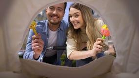 Rozochocony mamy i taty chwiania brzęku zabawek przód nowonarodzony w pram, rodzicielstwo zdjęcie wideo