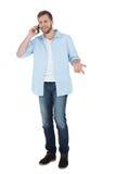 Rozochocony model na telefonie i patrzeć daleko od Fotografia Stock