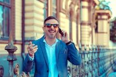 Rozochocony modny mężczyzna ma rozmowę telefonicza outside obrazy stock