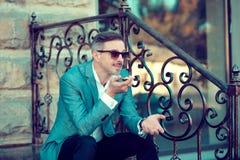 Rozochocony modny mężczyzna opuszcza głos wiadomość zdjęcia stock