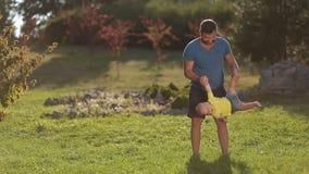 Rozochocony ojciec huśta się jego chłopiec w parku zdjęcie wideo