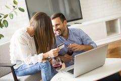 Rozochocony pary gmerania internet online i zakupy obraz stock
