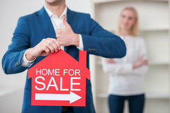 Rozochocony pośrednik handlu nieruchomościami sprzedaje nowego dom Obraz Stock