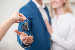 Rozochocony pośrednik w handlu nieruchomościami sprzedaje dom Zdjęcie Royalty Free