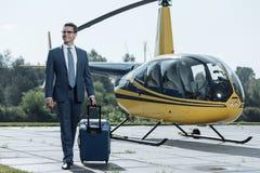 Rozochocony potomstwa CEO przyjeżdża przy heliport zdjęcie stock