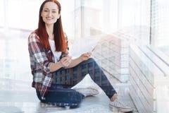 Rozochocony pracownik satysfakcjonował z rezultatami jej projekt Zdjęcie Stock
