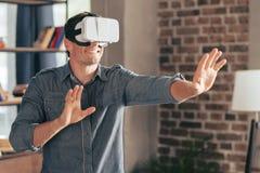 Rozochocony przystojny mężczyzna cieszy się jego VR doświadczenie obraz royalty free