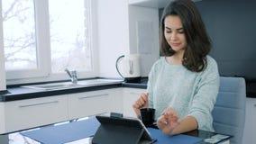 Rozochocony ranek pije kawę i pastylkę na stole, atrakcyjna dama zdjęcie wideo