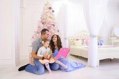 Rozochocony rodzinny mieć czas wolnego, śmiech i uśmiech zabawy wpólnie, wewnątrz Obraz Royalty Free