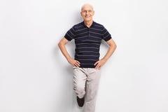 Rozochocony starszy dżentelmen w przypadkowych ubraniach zdjęcia stock
