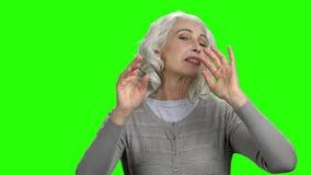 Rozochocony starszy kobiety dos?ania powietrze ca?uje z oba r?kami zdjęcie wideo