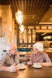 Rozochocony starszy pary datowanie w kawiarni obrazy royalty free