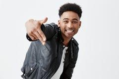 Rozochocony szczęśliwy młody ciemnoskóry mężczyzna ono uśmiecha się z zębami z afro fryzurą w przypadkowych eleganckich ubraniach obrazy stock