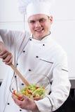 Rozochocony szef kuchni miesza sałatki Zdjęcie Stock